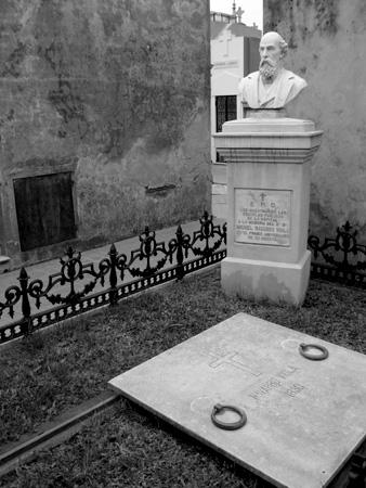 Navarro Viola, Recoleta Cemetery