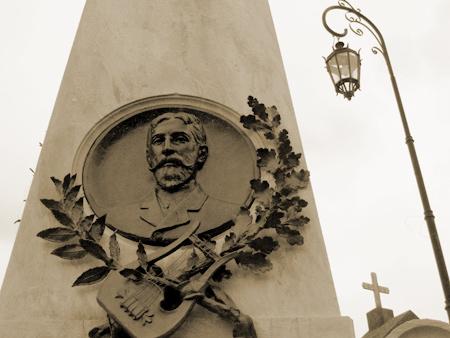 Cenotaph, 3 friends, Recoleta Cemetery