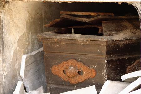 Broken casket, Recoleta Cemetery